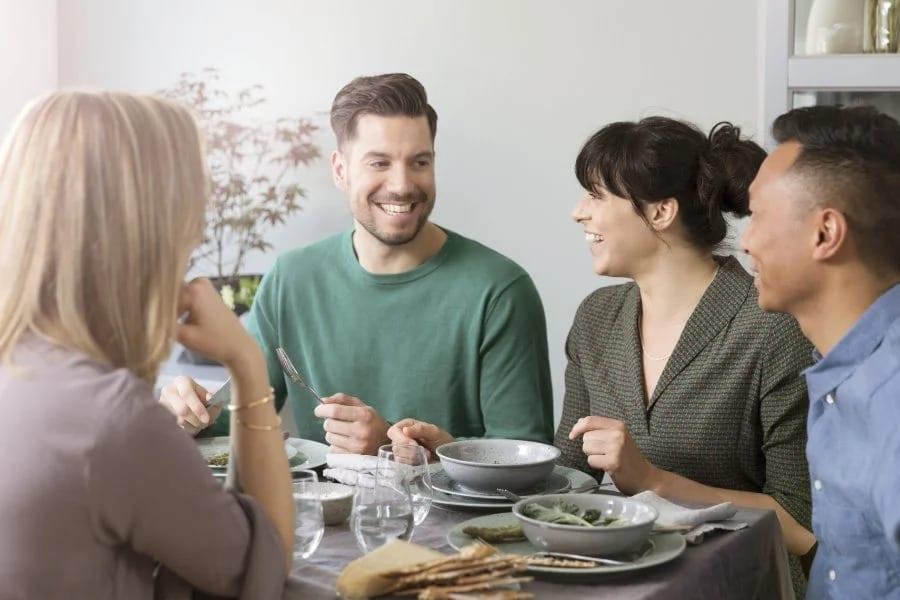 Man och kvinna på middagsparty
